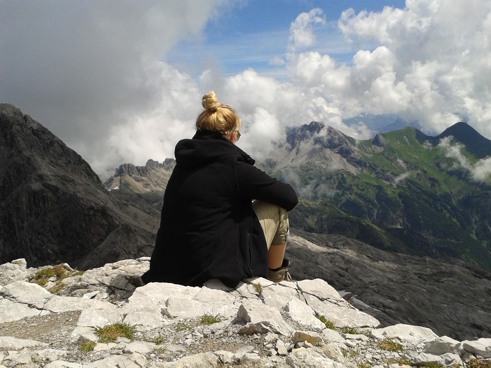 anna-grillmaier-munichmountaingirls-sommer-berge-wandern-aussicht-heilbronner-weg