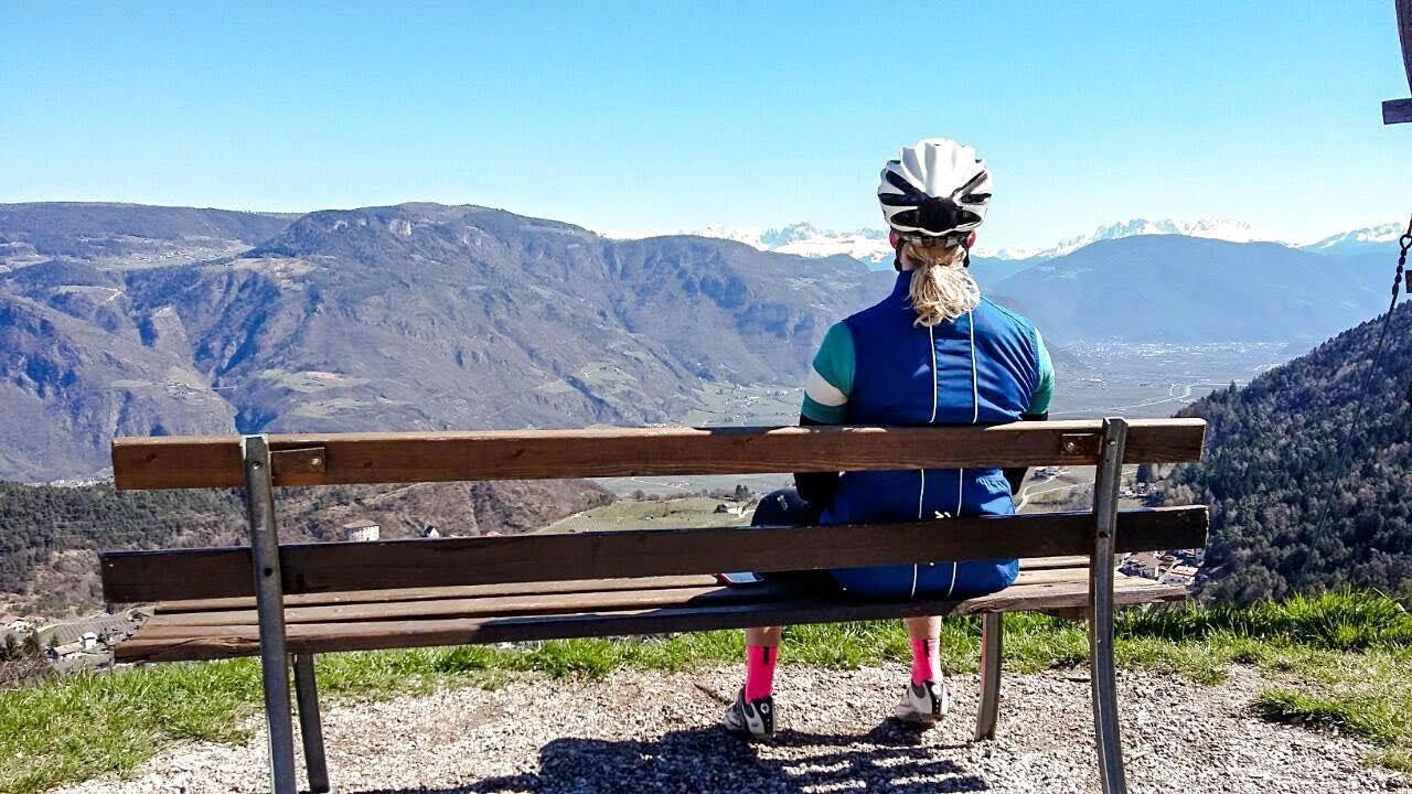 nicole-kattner-rennrad-paesse-fahren-gampenpass-aussicht-munichmountaingirls