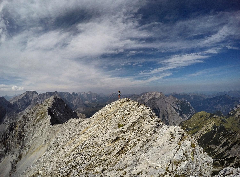 roxane-hillebrand-lamsenspitze-brudertunnel-klettersteig-wandertour-munichmountaingirls