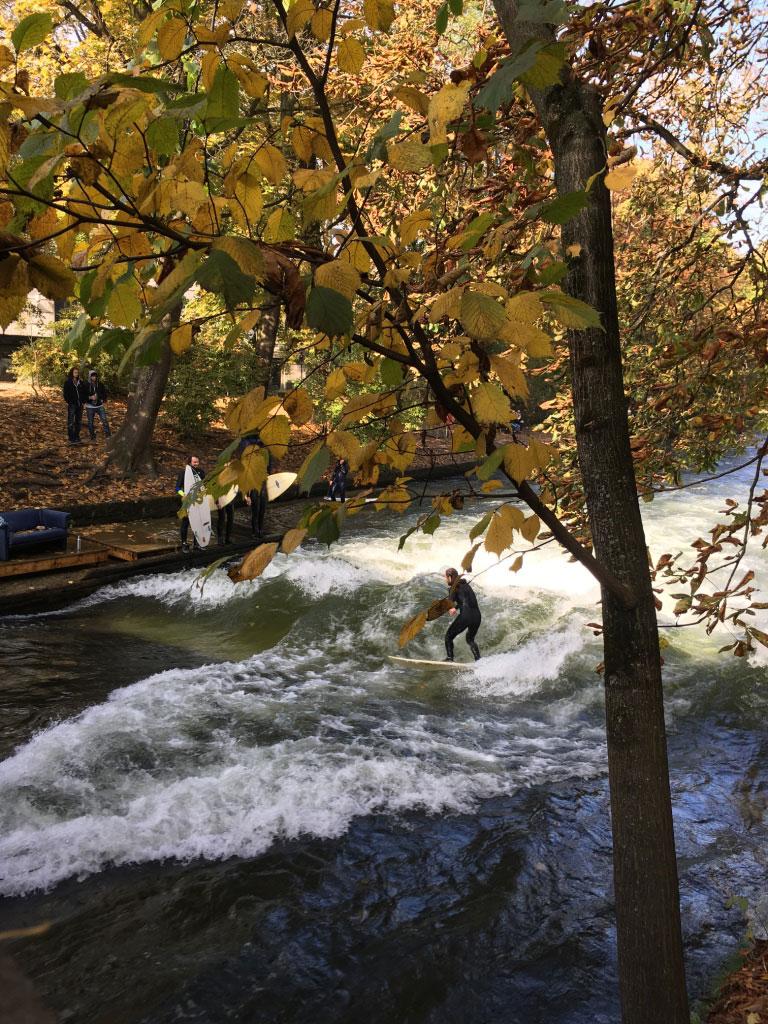 caja-schoepf-munichmountaingirls-eisbachwelle-surfen-Englischer-Garten
