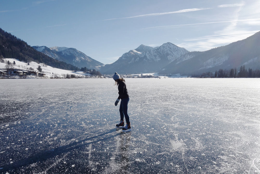 wildandfit-kate-koenigsberger-munichmountaingirls-eislaufen-see-oesterreich