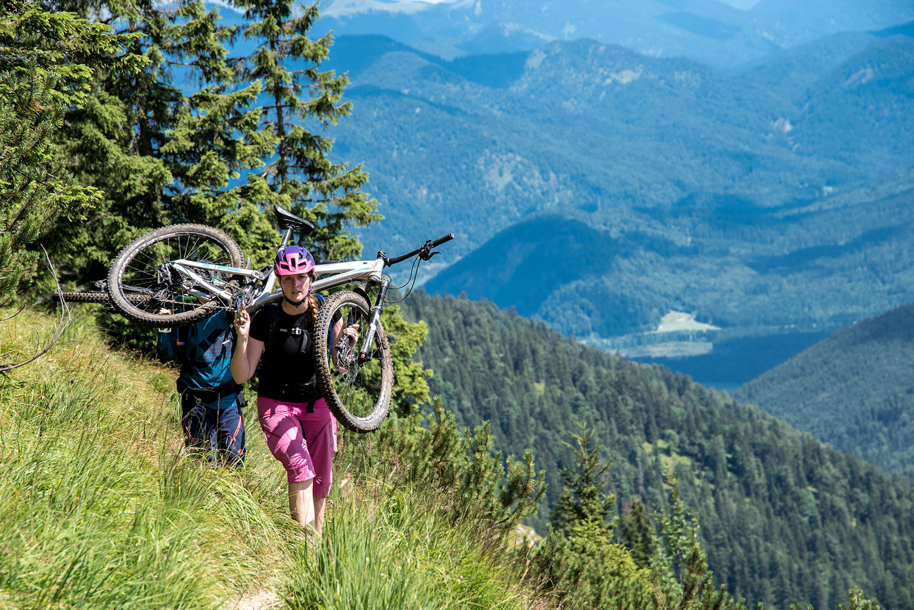 lisa-amenda-munichmountaingirls-Mountainbiken-mtb-tragen-tragepassage-Tassilo-Pritzl