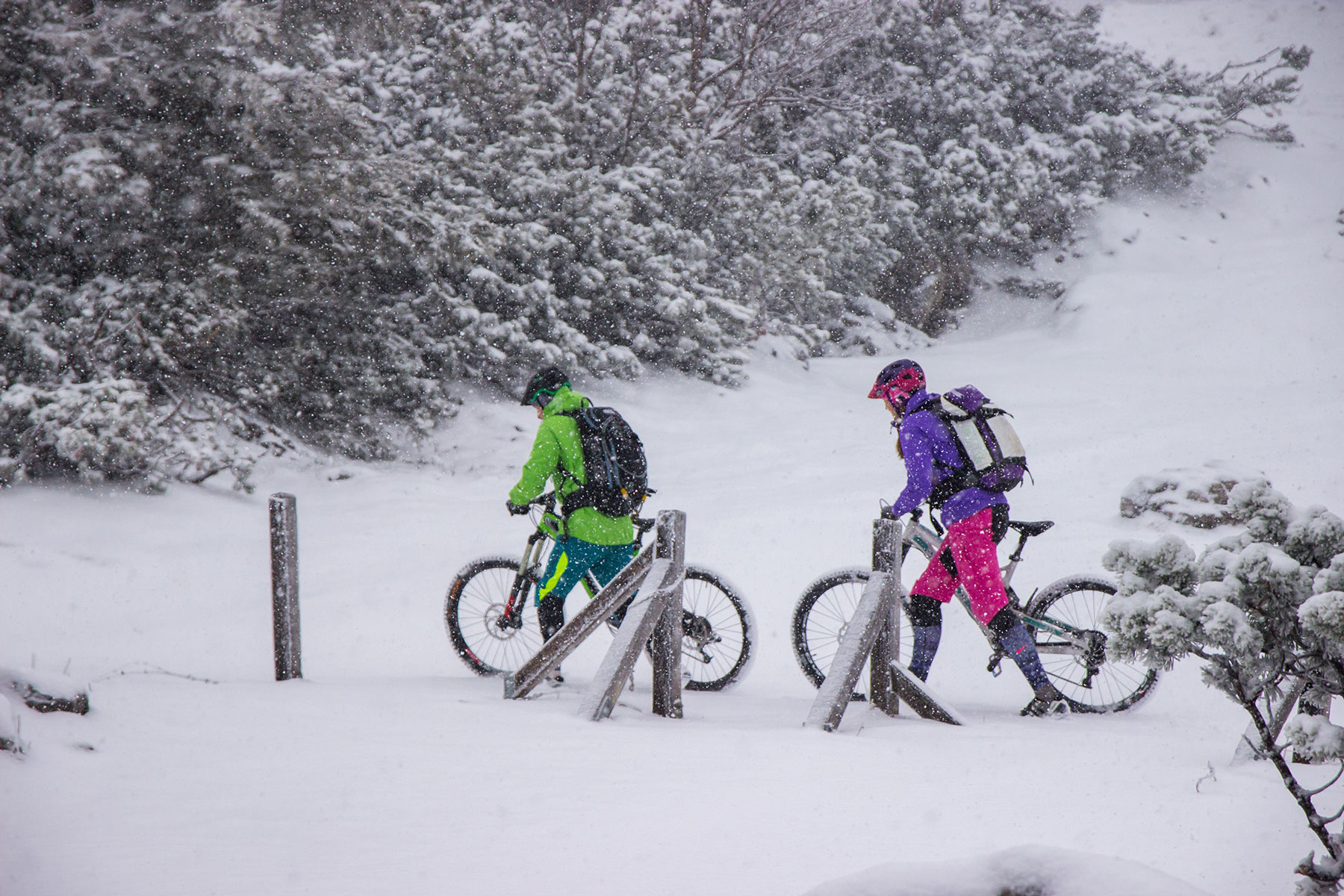 lisa-amenda-munichmountaingirls-mountainbike-winter-schnee-kampenwand-fotograf-Philipp-Koenig