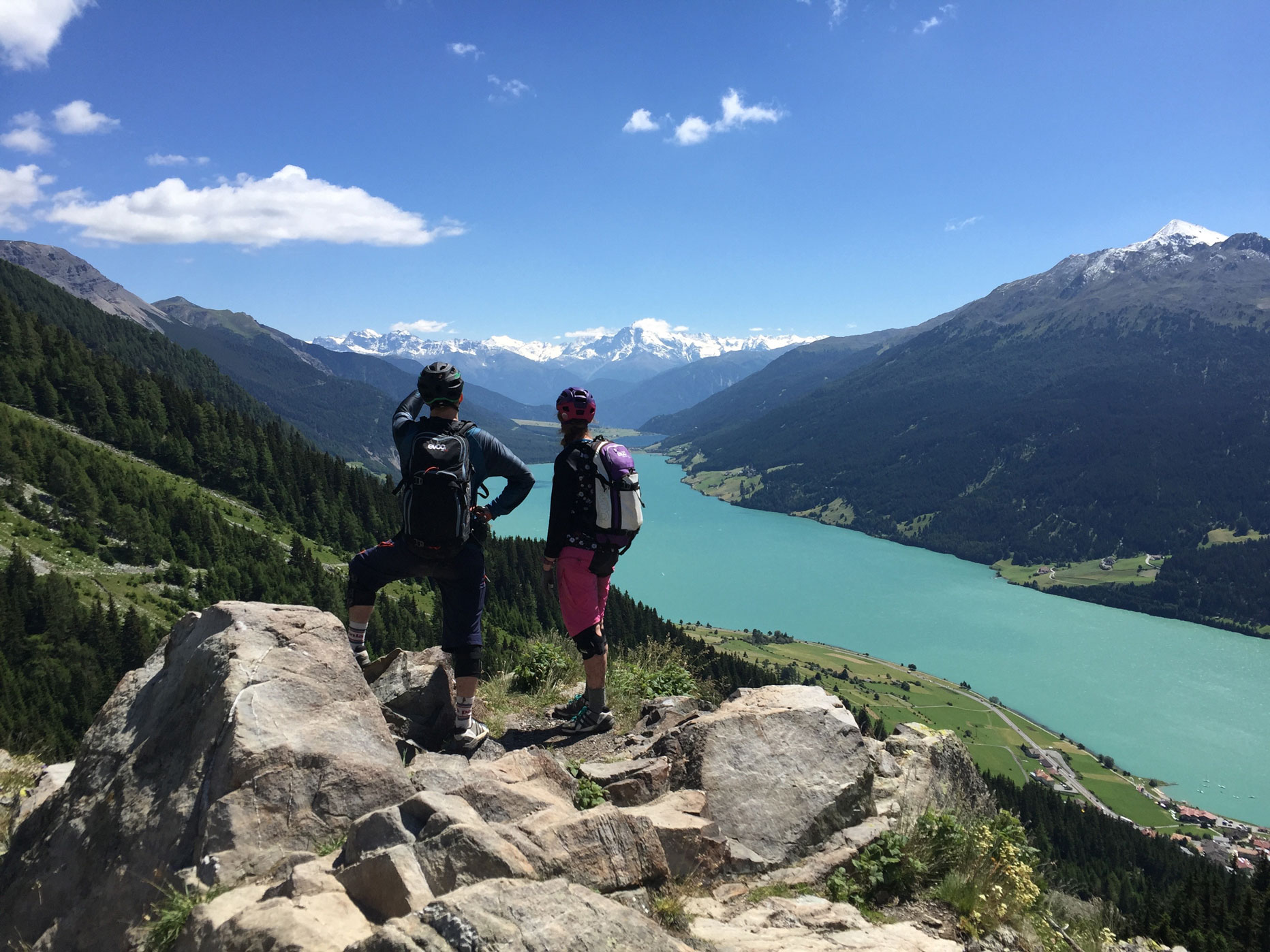 lisa-amenda-munichmountaingirls-reschensee-blick-mtb-mountainbiketour