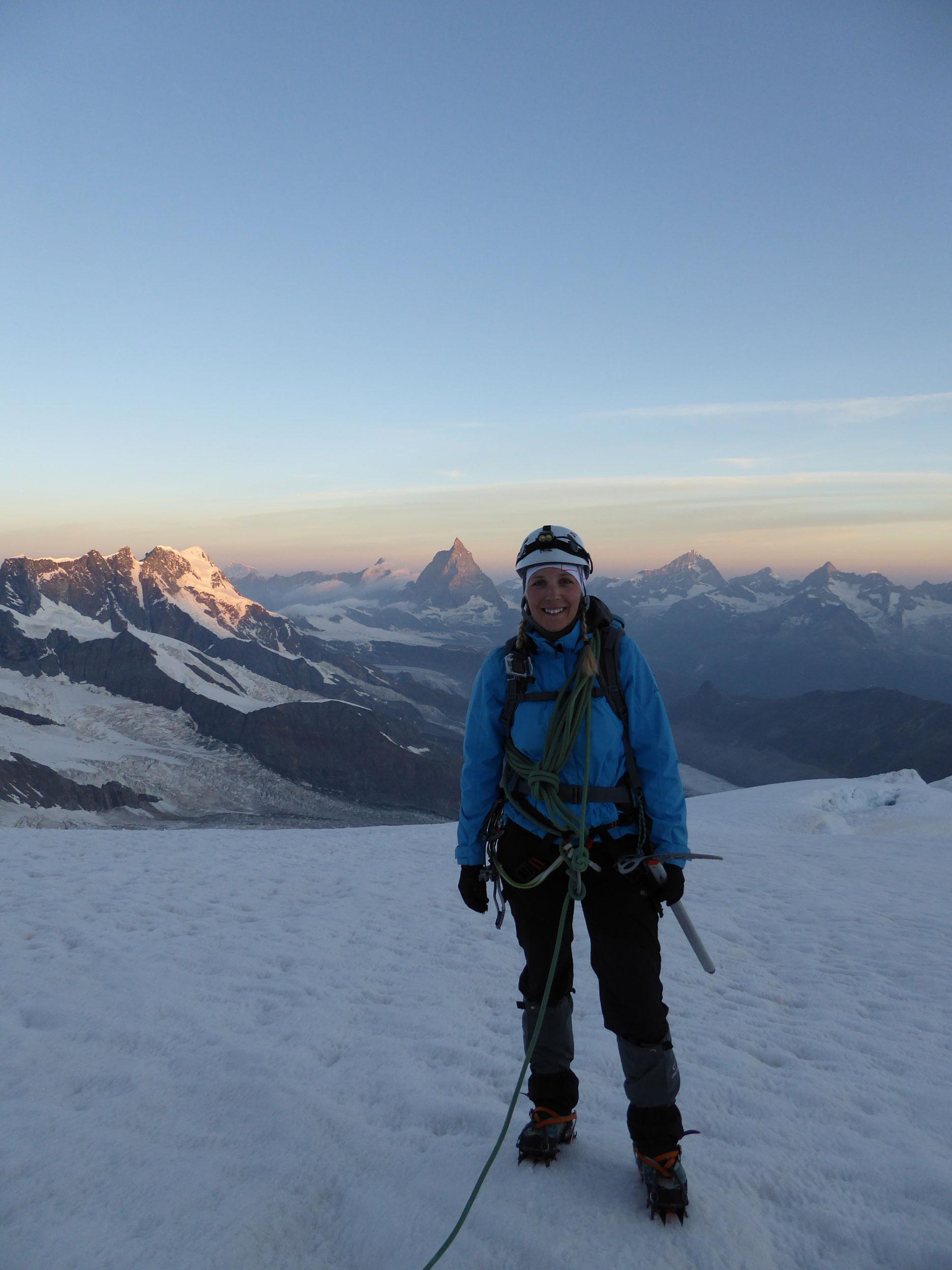 munichmountaingirls-melanie-brem-bergsteigen-schnee-hochtour-berge-Dufourspitze-aufstieg-matterhorn-hintergrund