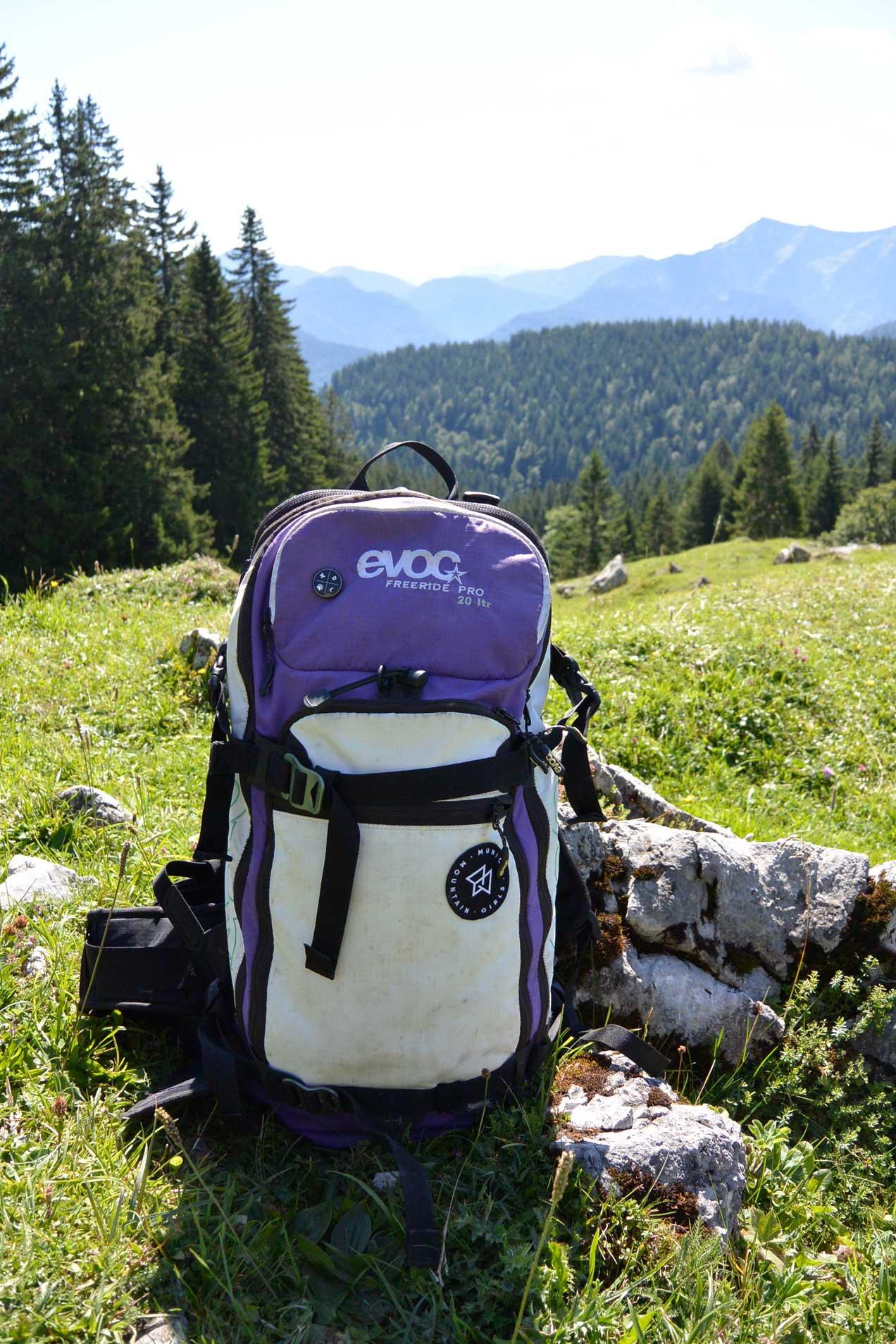 munich-mountain-girls-mtb-ausruestung-frauen-mountainbiken-bike-evoc-rucksack