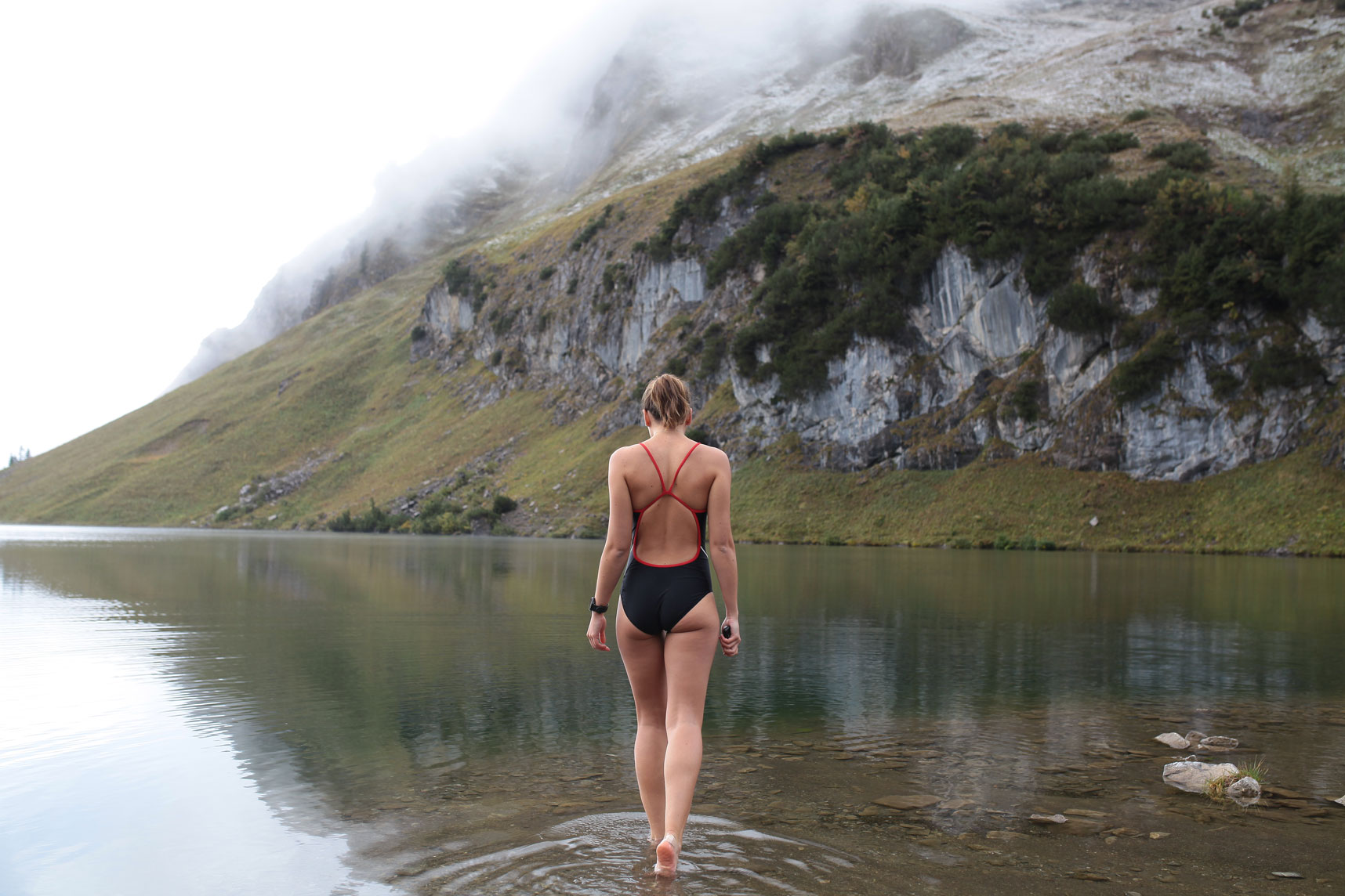 liz-kellerer-munichmountaingirls-schwimmen-schoenste-bergseen-seealpsee