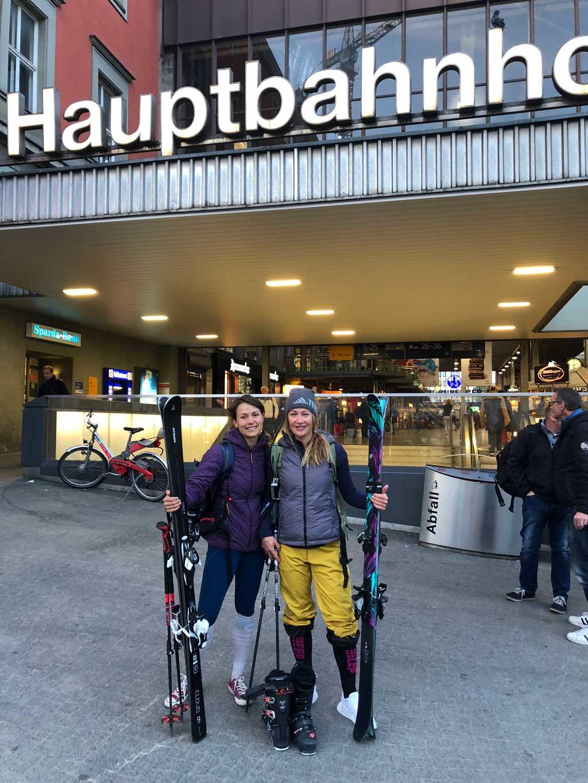 mit-der-bahn-zum-skifahren-2-bahnhof-munichmountaingirls