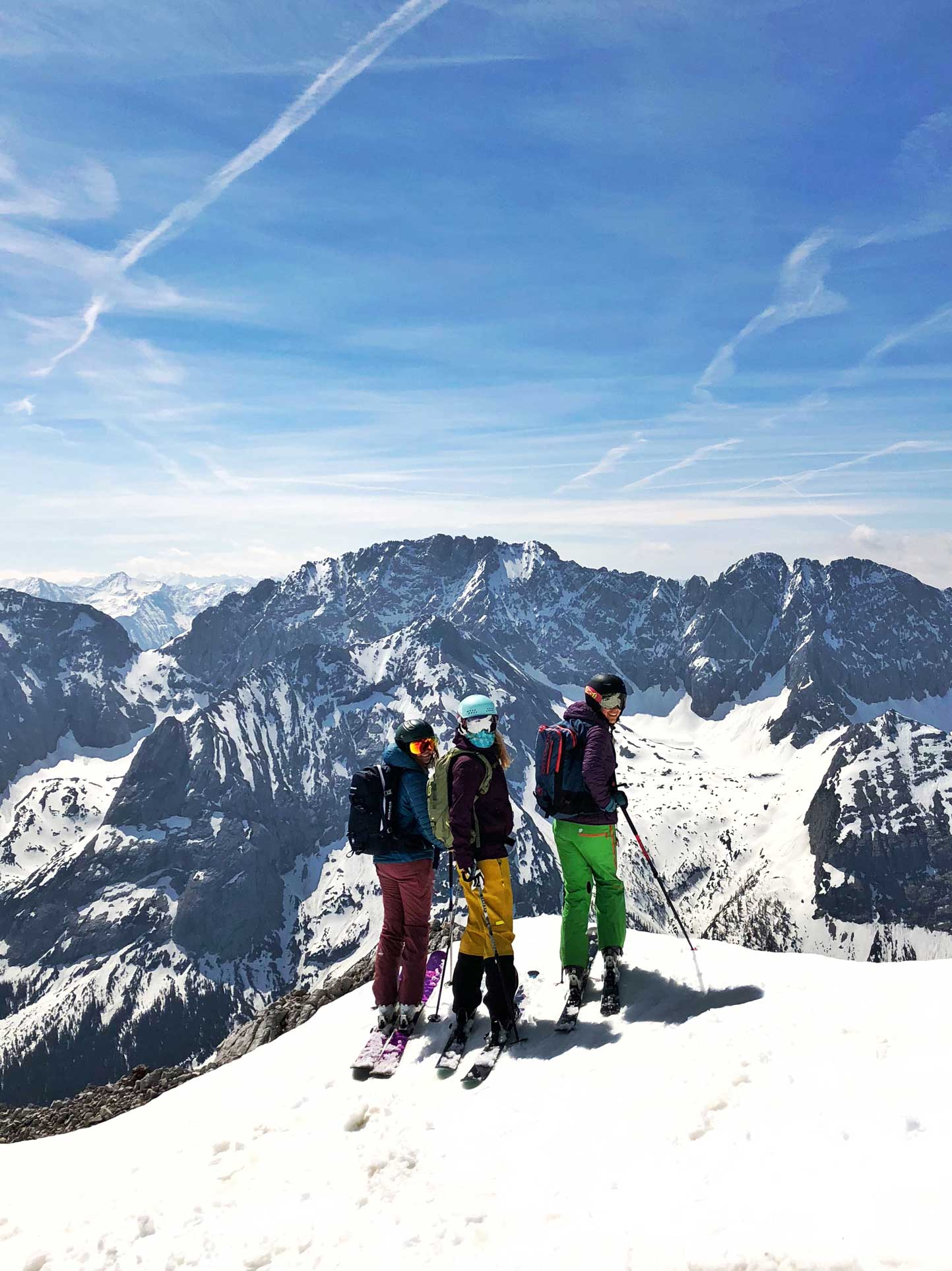 mit-der-bahn-zum-skifahren-aussicht-zugspitze-munichmountaingirls