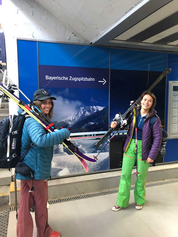 mit-der-bahn-zum-skifahren-lift-munichmountaingirls