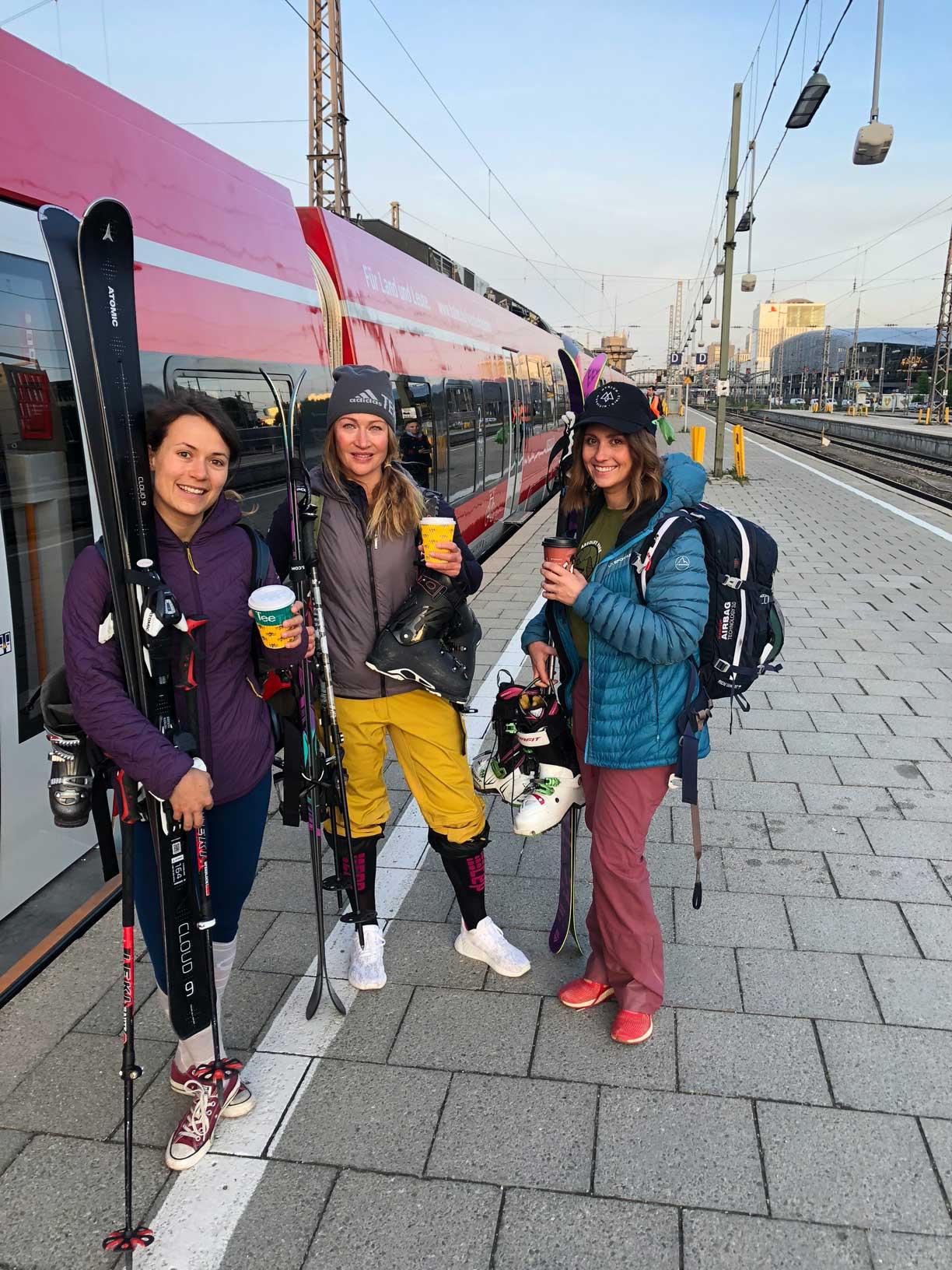 mit-der-bahn-zum-skifahren-los-munichmountaingirls