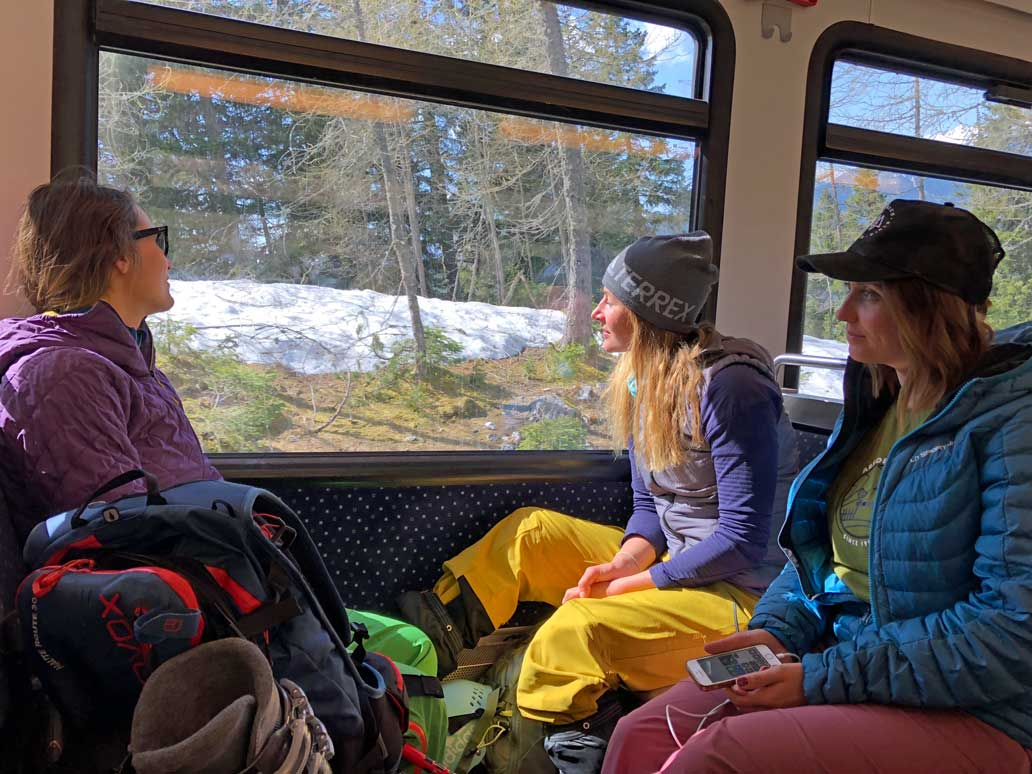 mit-der-bahn-zum-skifahren-munichmountaingirls