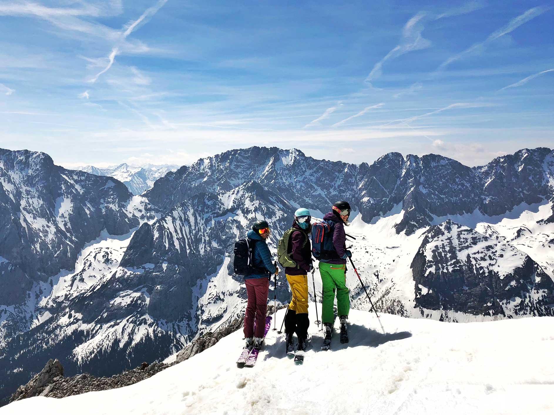 mit-der-bahn-zum-skifahren-zur-zugspitze-munichmountaingirls