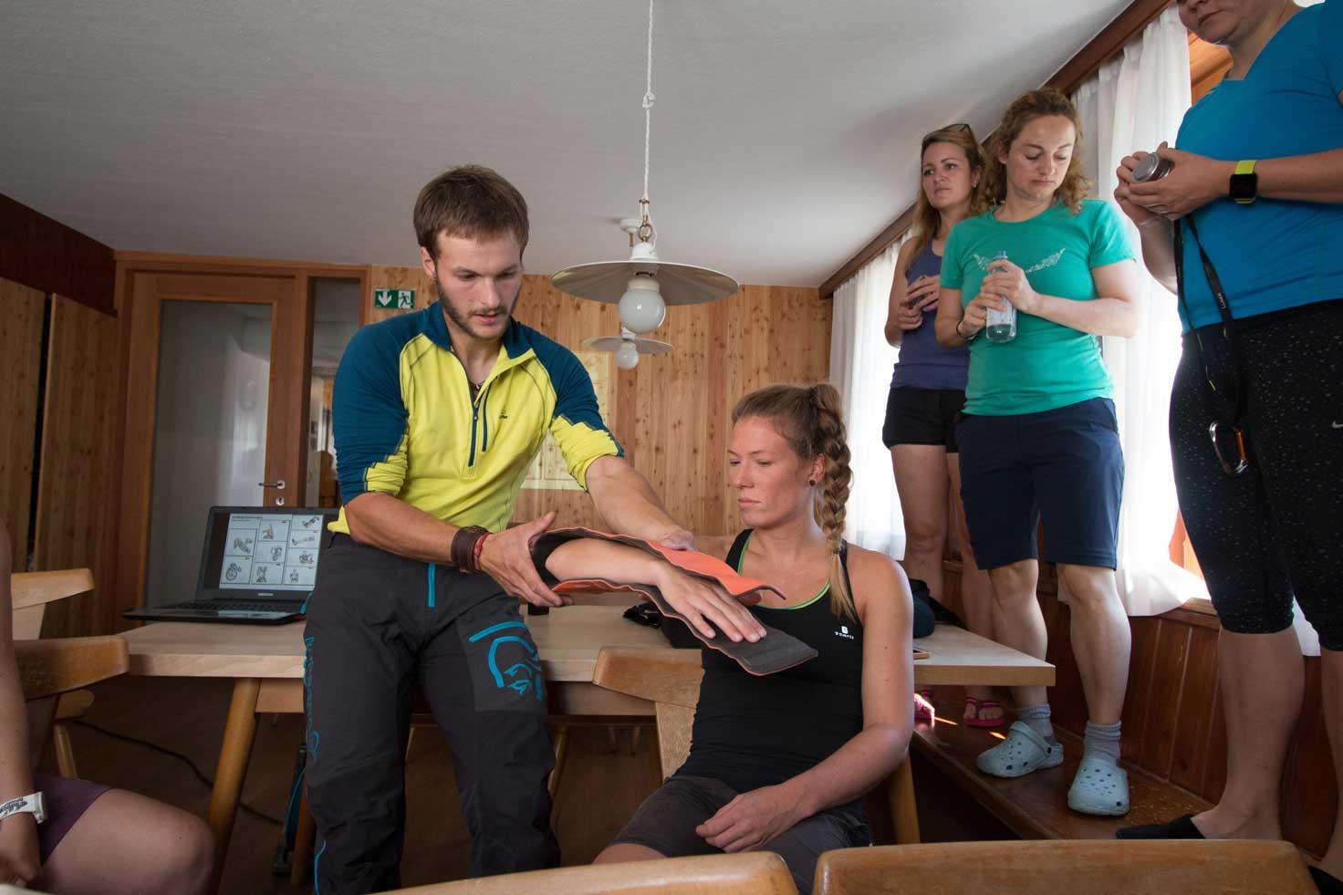 bergwacht-erste-hilfe-lamsenjochhuette-munichmountaingirls