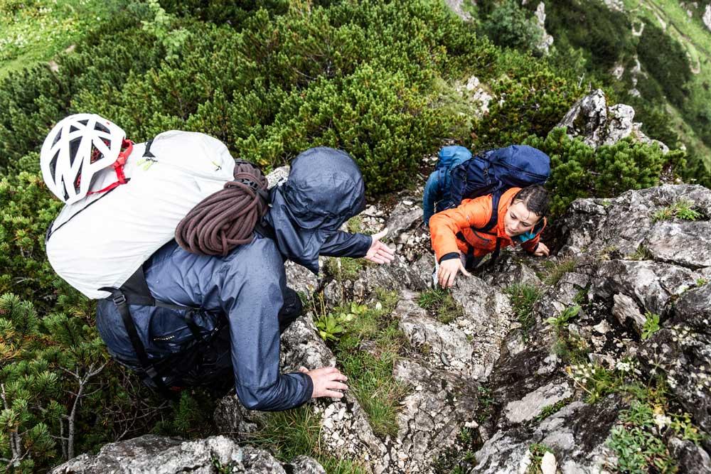 Markus-und-Hanna-bei-den-letzten-Metern-auf-den-Osterfelderkopf-munichmountaingirls-bergzeit-alpincamp