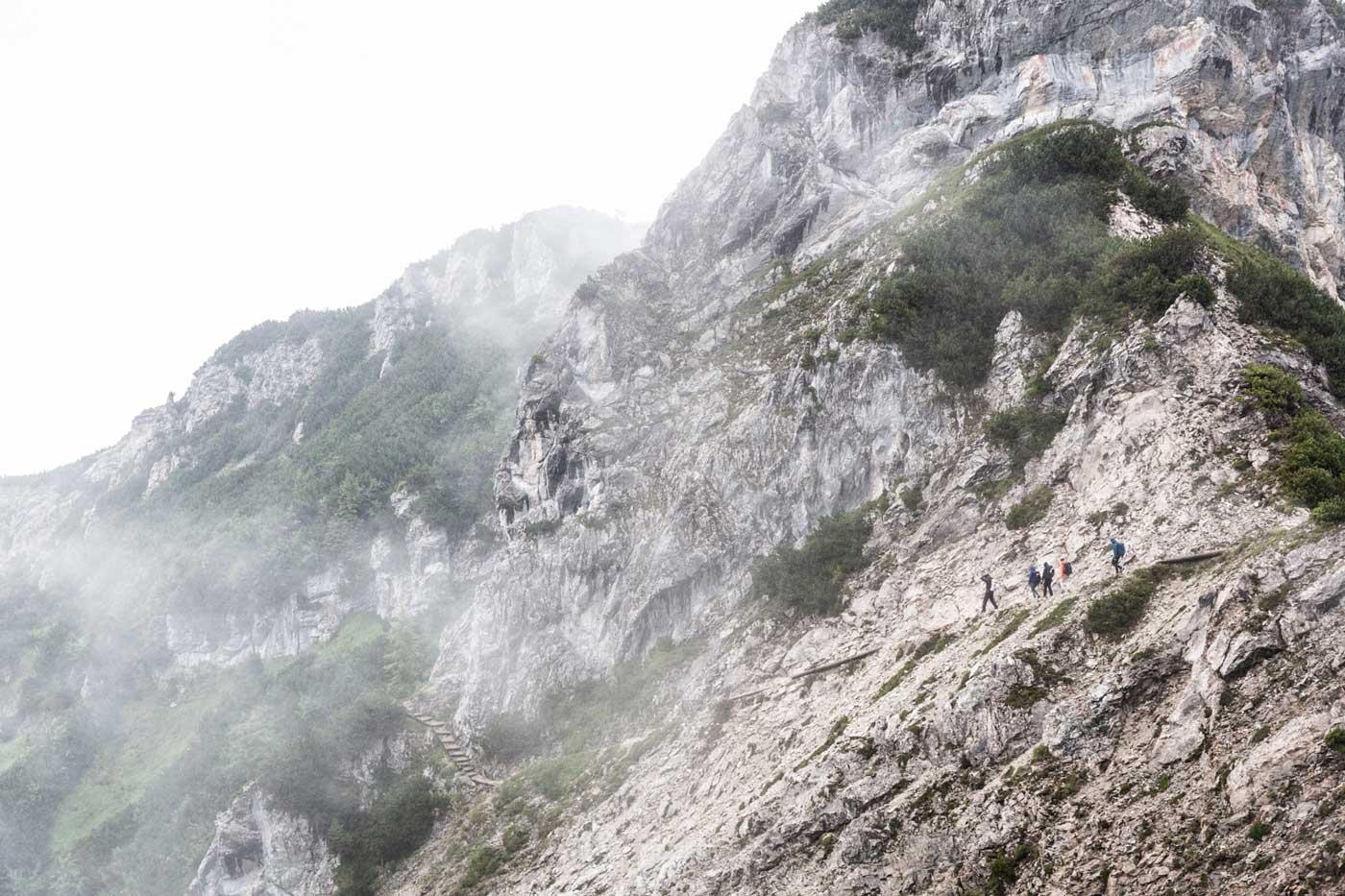 munichmountaingirls-bergzeit-alpincamp-Aufstieg-zur-Alpspitzbergbahn