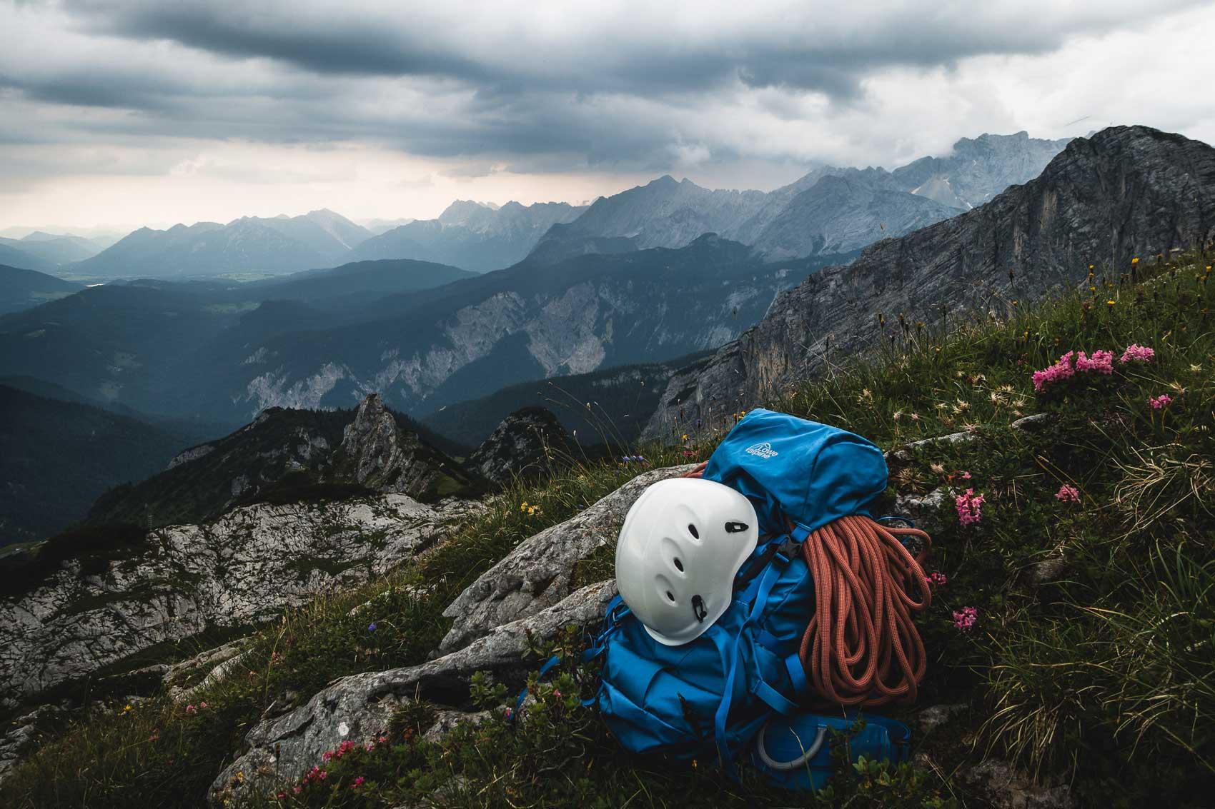 munichmountaingirls-bergzeit-alpincamp-Aussicht-auf-die-Bayerischen-Voralpen-Lowe.Alpine-Rucksack-germanadventurer