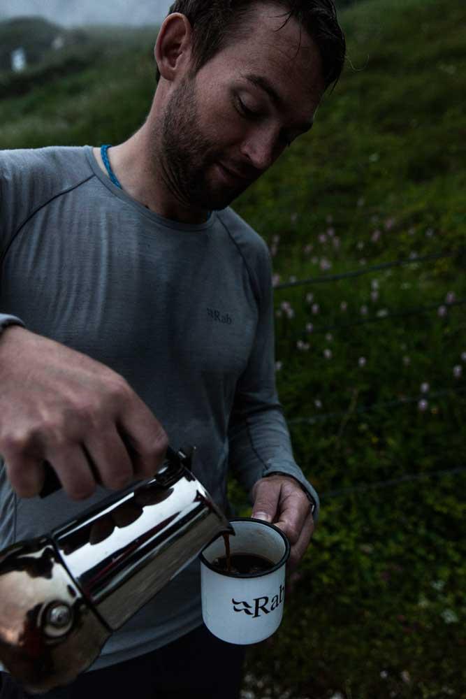 munichmountaingirls-bergzeit-alpincamp-Kaffee-am-Berg-mit-Rab-Tasse