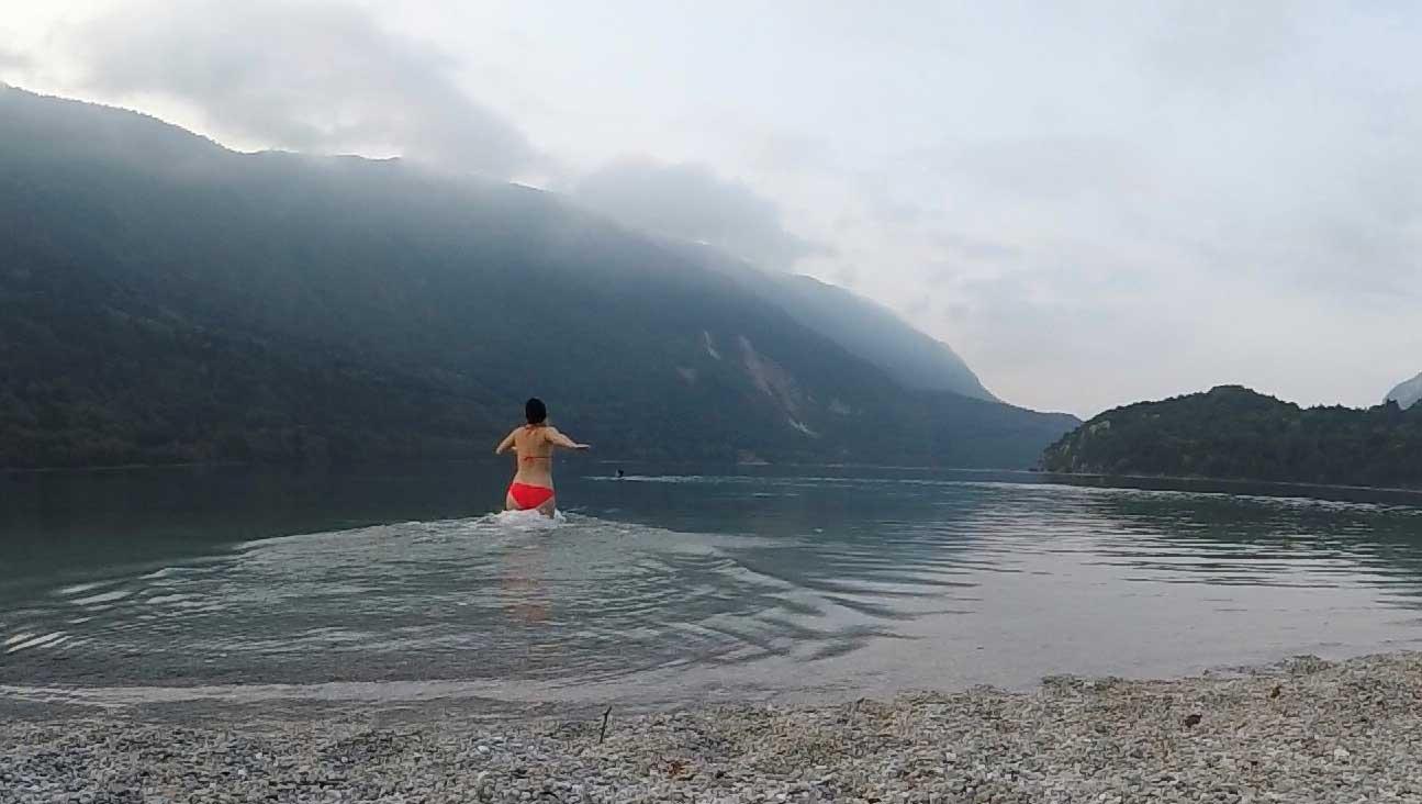 brenta-dolomiten-molveno-see-schwimmen