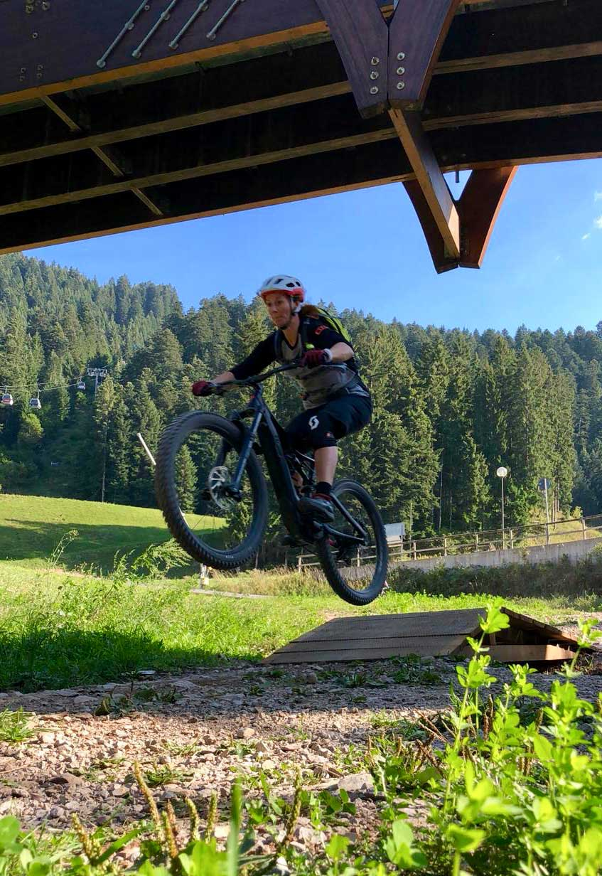 lina-mountainbiken-fahrtechnik-jump-munichmountaingirls