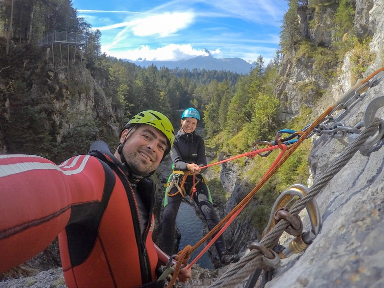 tza_action_munichmountaingirls_canyoning_abseilen_Bea_mit_Guide_Marco