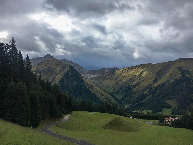tza_action_munichmountaingirls_landscape_berwangertal