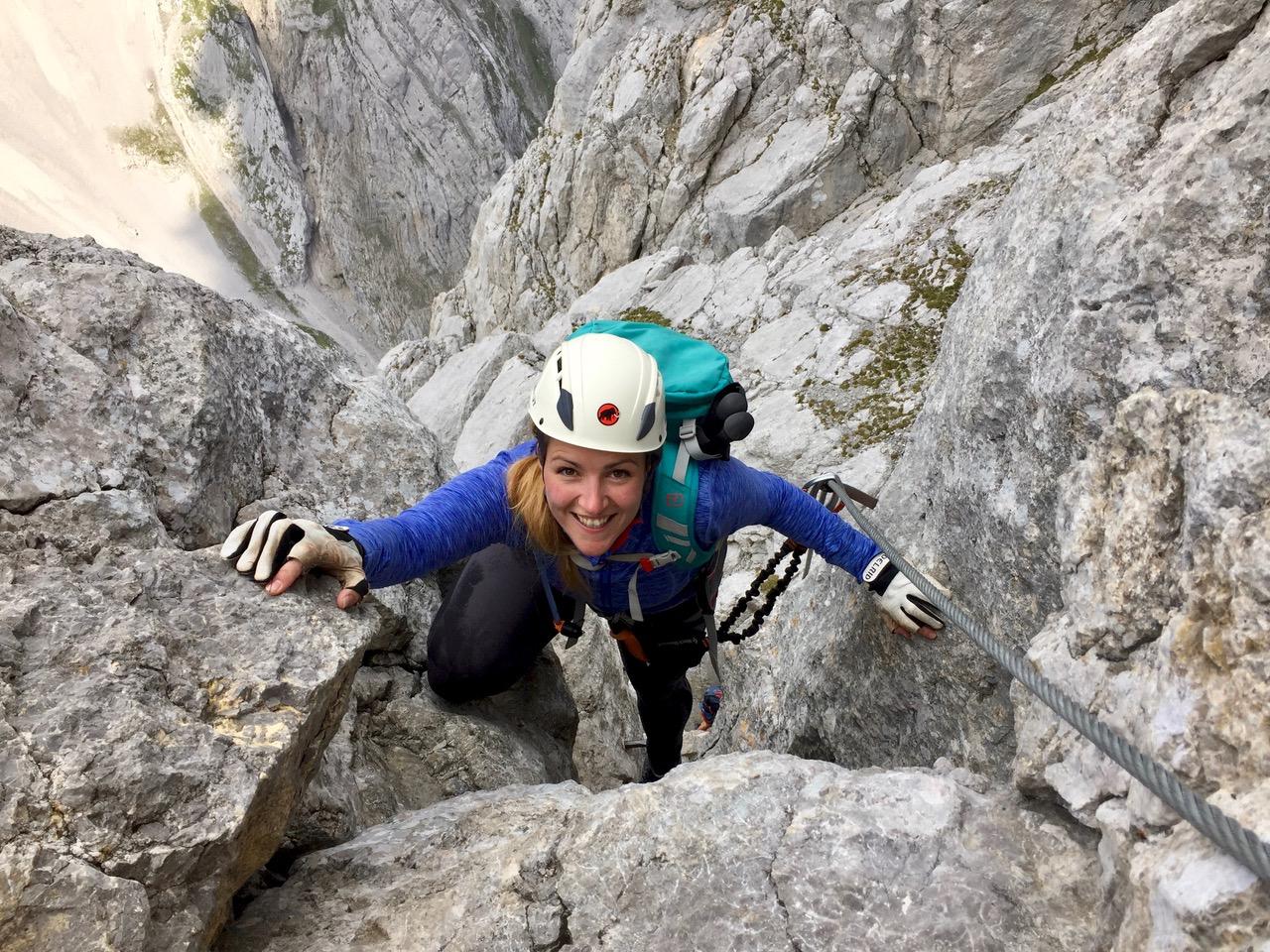 Munich Mountain Girl Celine beim Klettersteig gehen