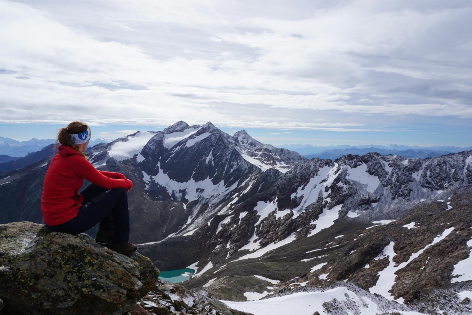 Munich Mountain Girl Dana Schultchen mit Blick auf verschneite Gipfel