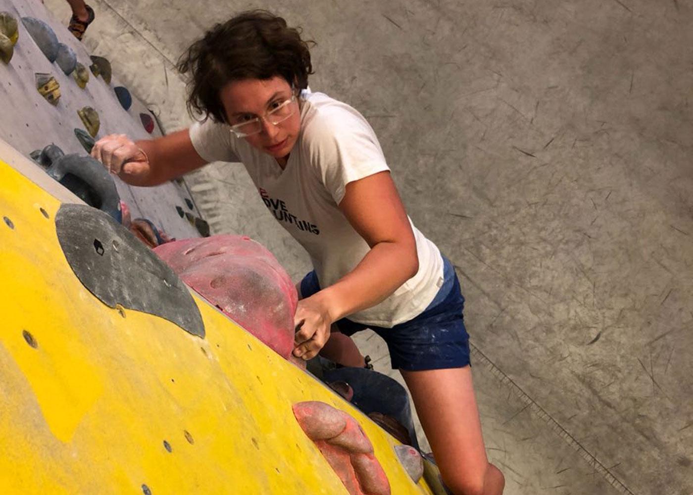 Munich Mountain Girl Stefanie Ramb beim Bouldern