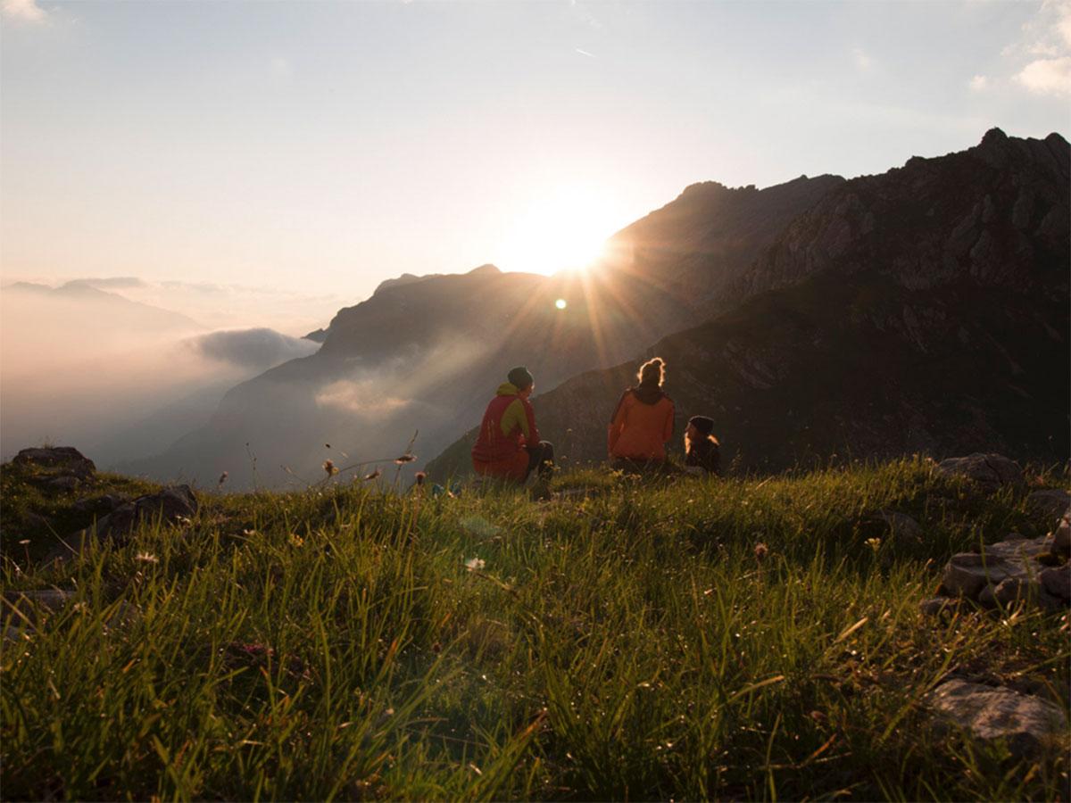 Munich Montain Girls Stefanie und Lisa genießen einen wunderschönen Sonnenaufgang im Karwendel