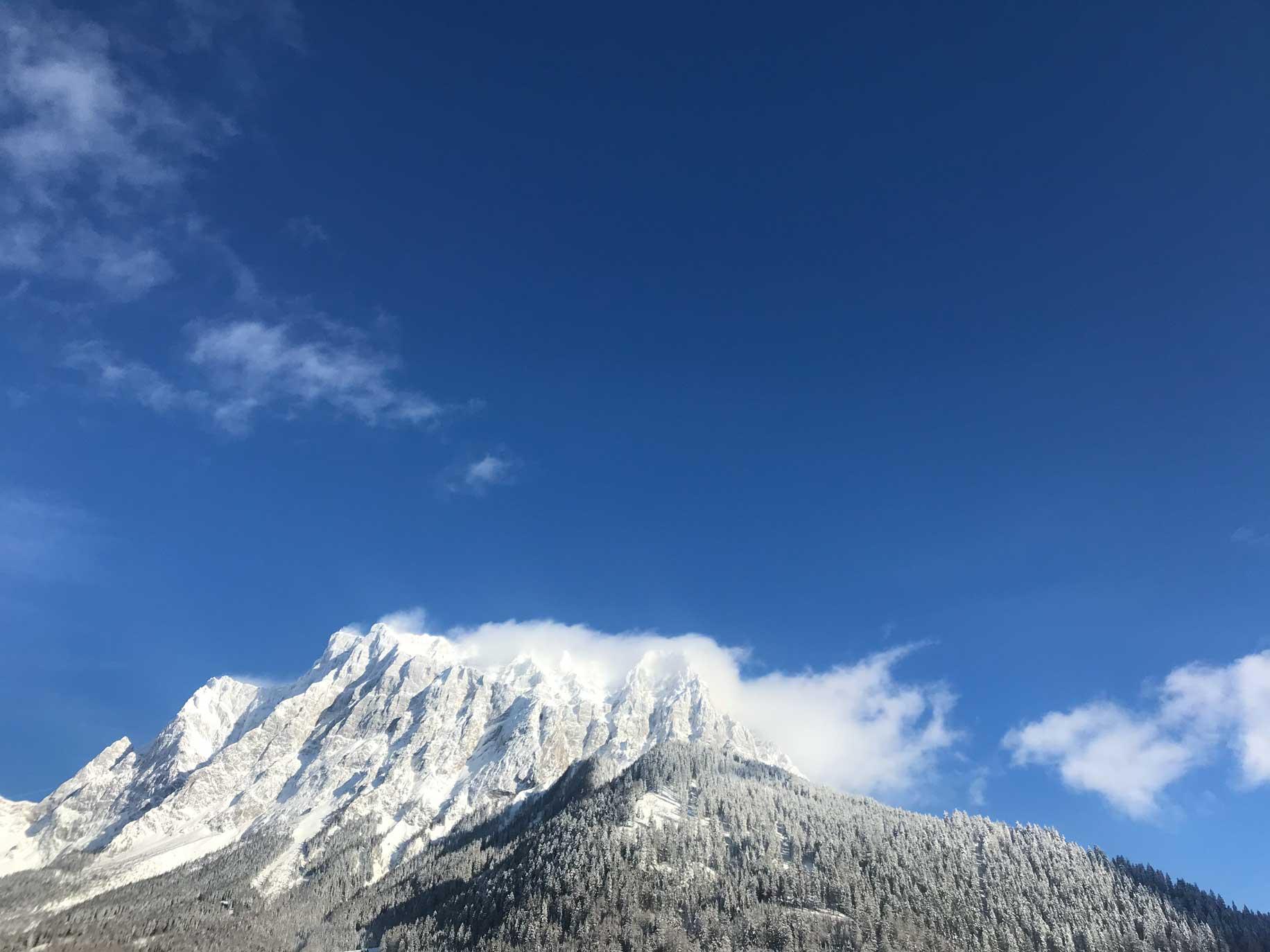tiroler-zugspitz-arena-skifahren-blick-zugspitze