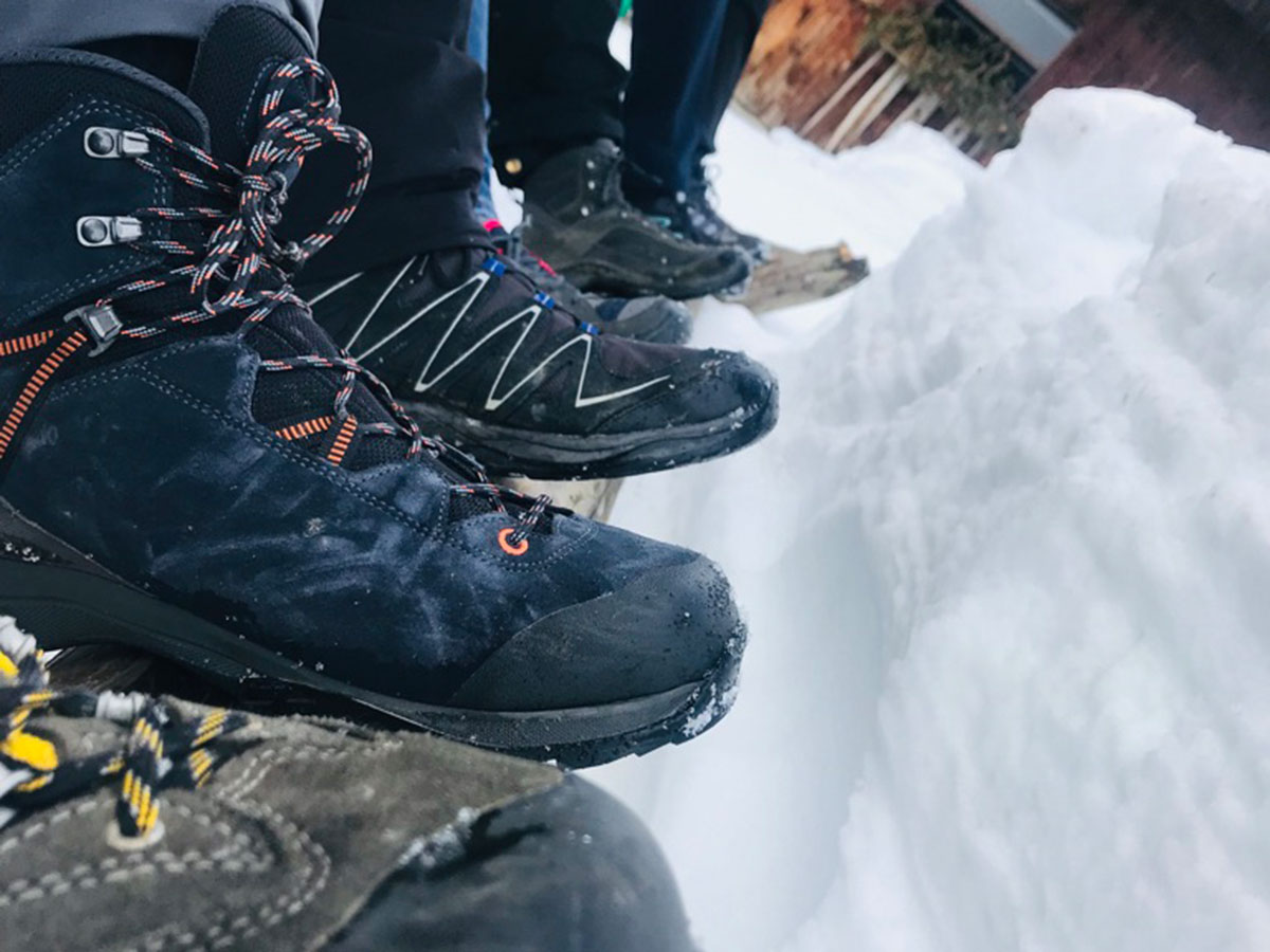 Bergschuhe im Schnee