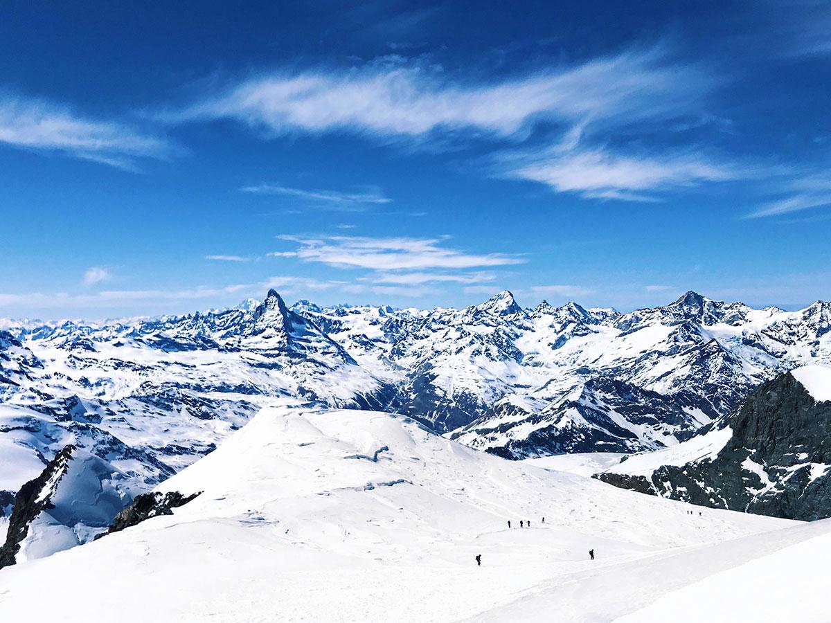 Ausblick vom Strahlhorn – Skitourentipp 4000er von Munich Mountain Girl Hanna Hörmann
