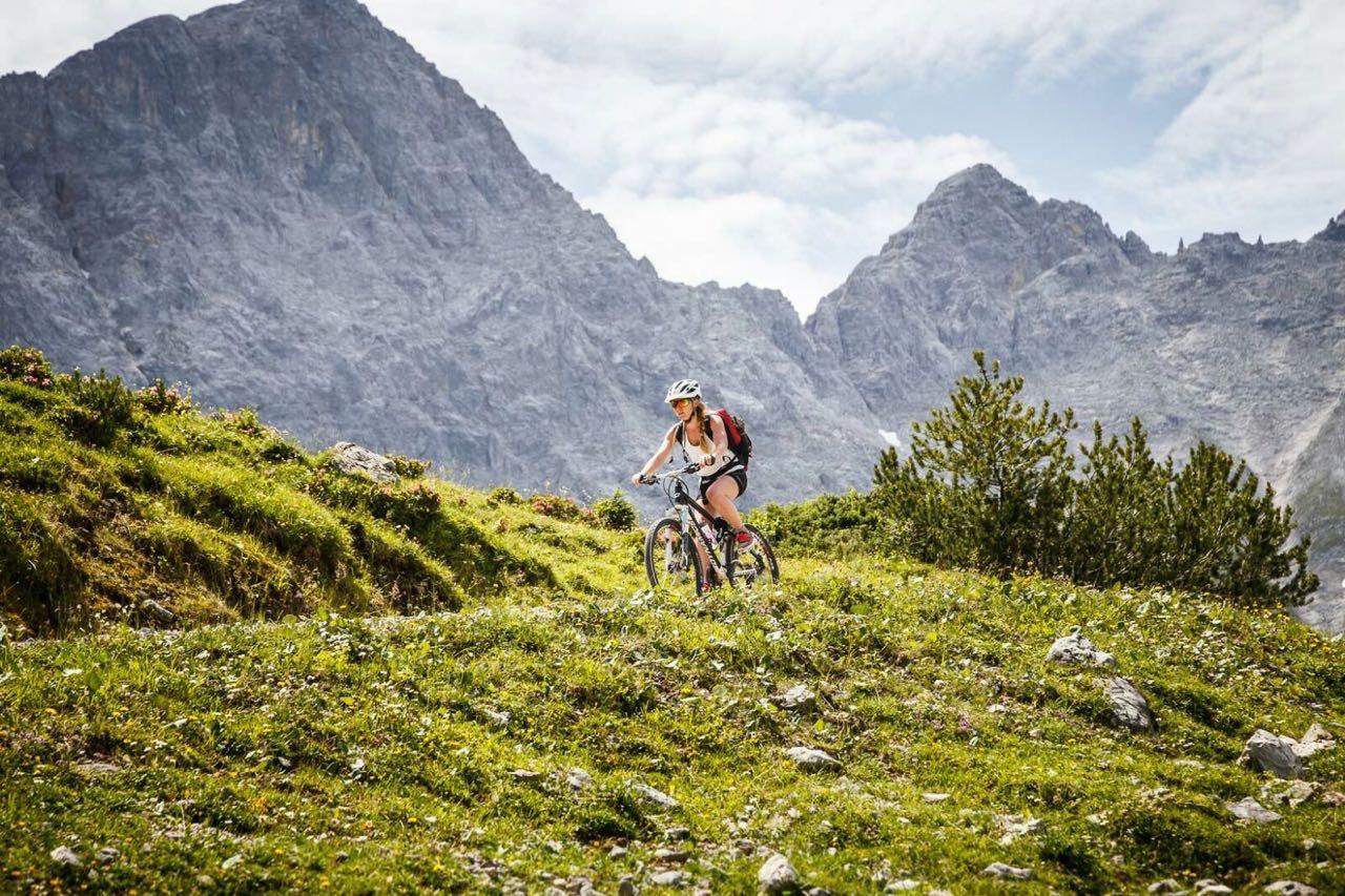 Christina Rottmair radelt durch die Berge