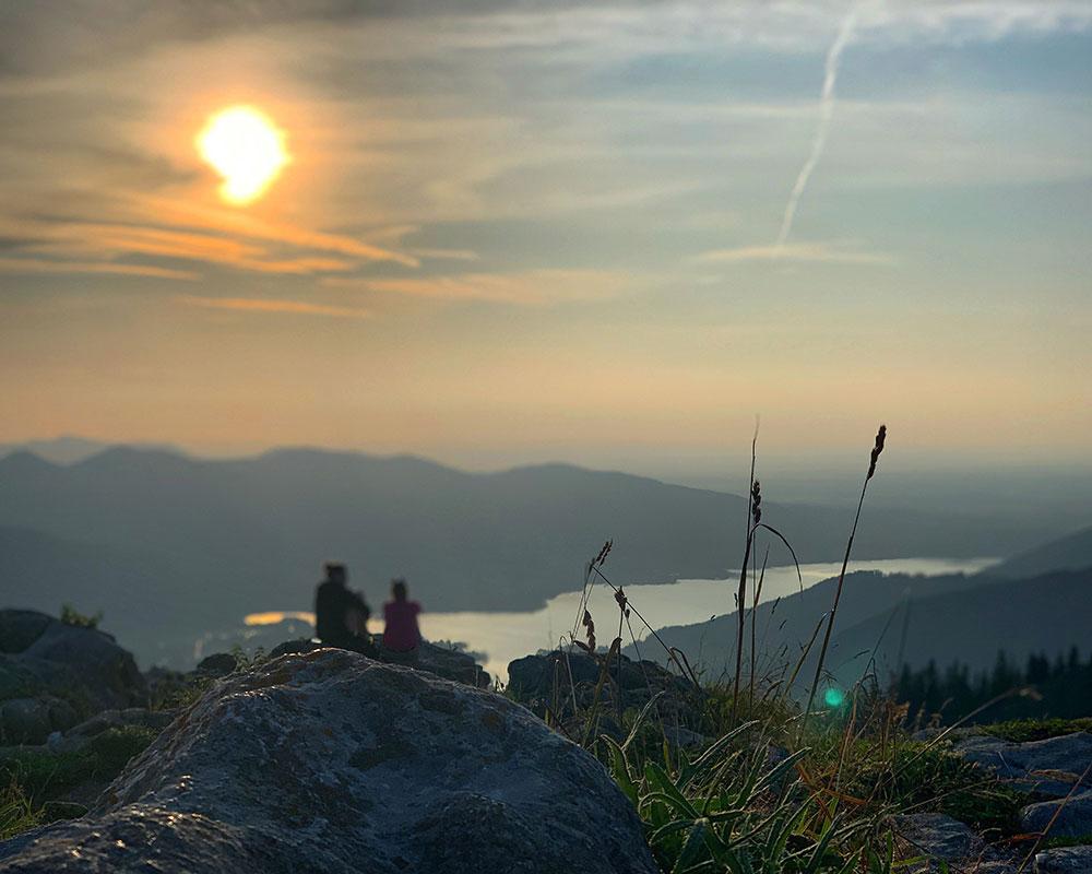Munich Mountain Girl Dana zum Sonnenuntergang auf dem Bodenschneid