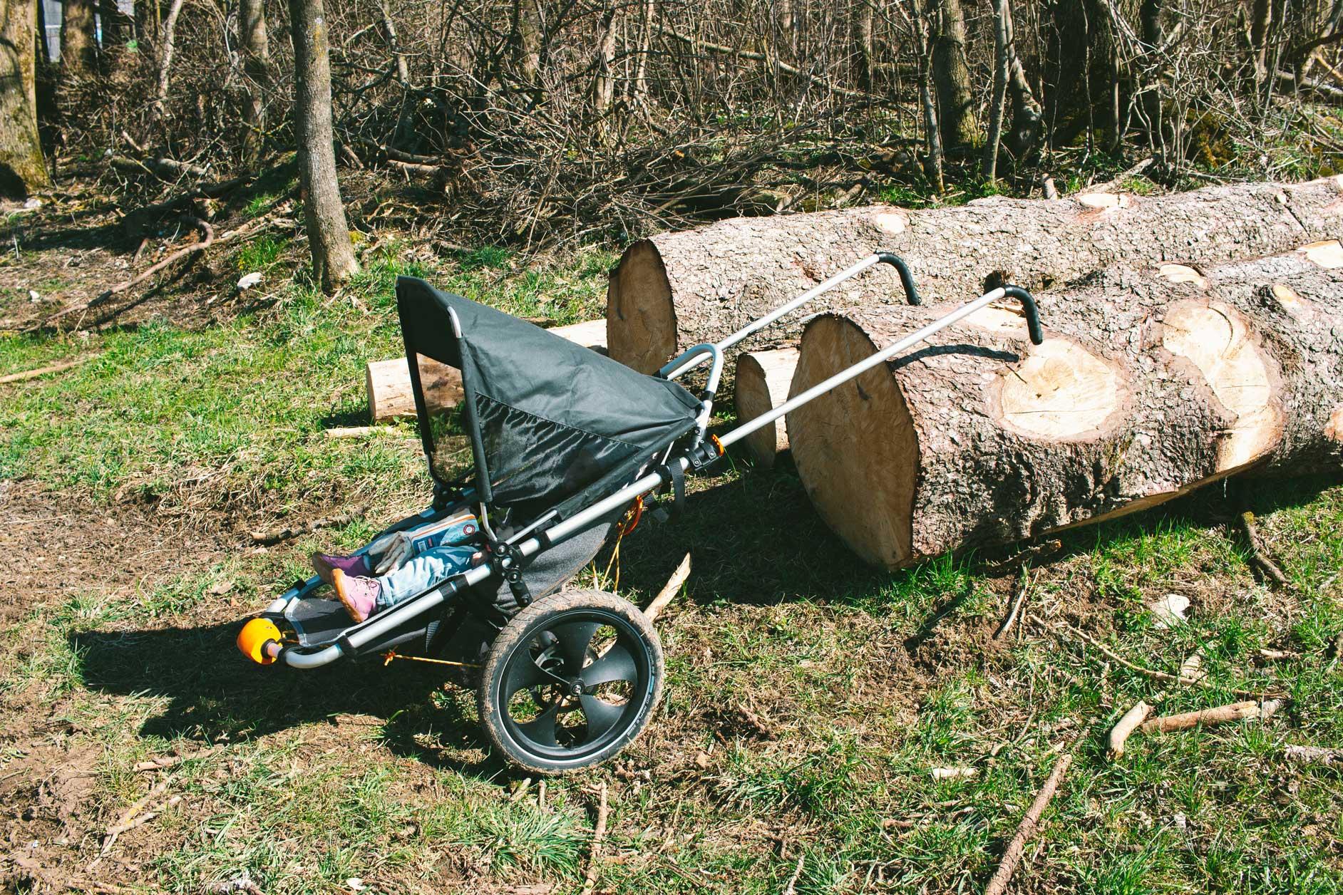 Baumstaemme-outdoor-kinderwagen-wald