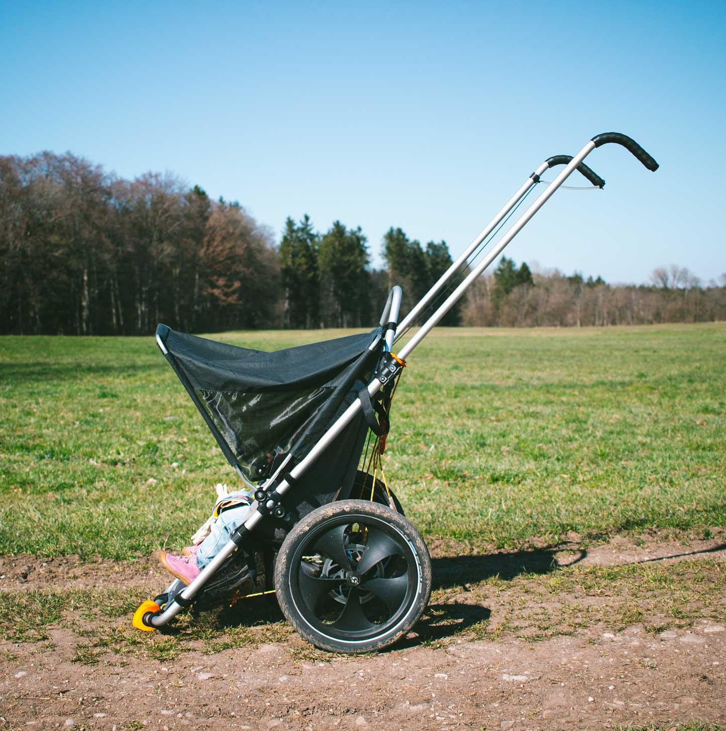 Hike-Kid-Wiese-kinderwagen-outdoor