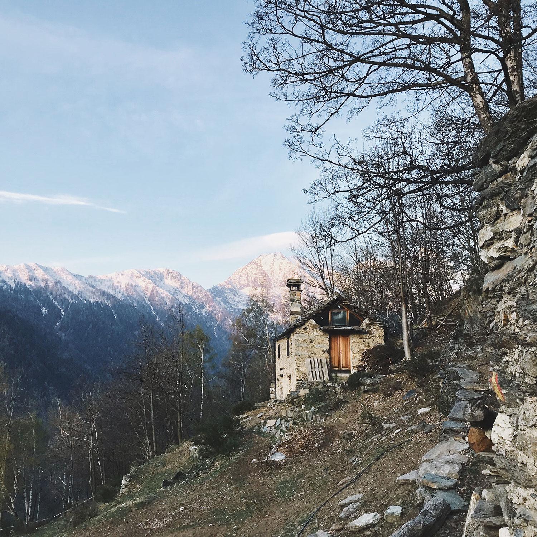 anna-weiss-Als-Alphelferin-auf-der-Ziegenalp-eines-Selbstversorgers-in-den-Walliser-Alpen—meine-Huette