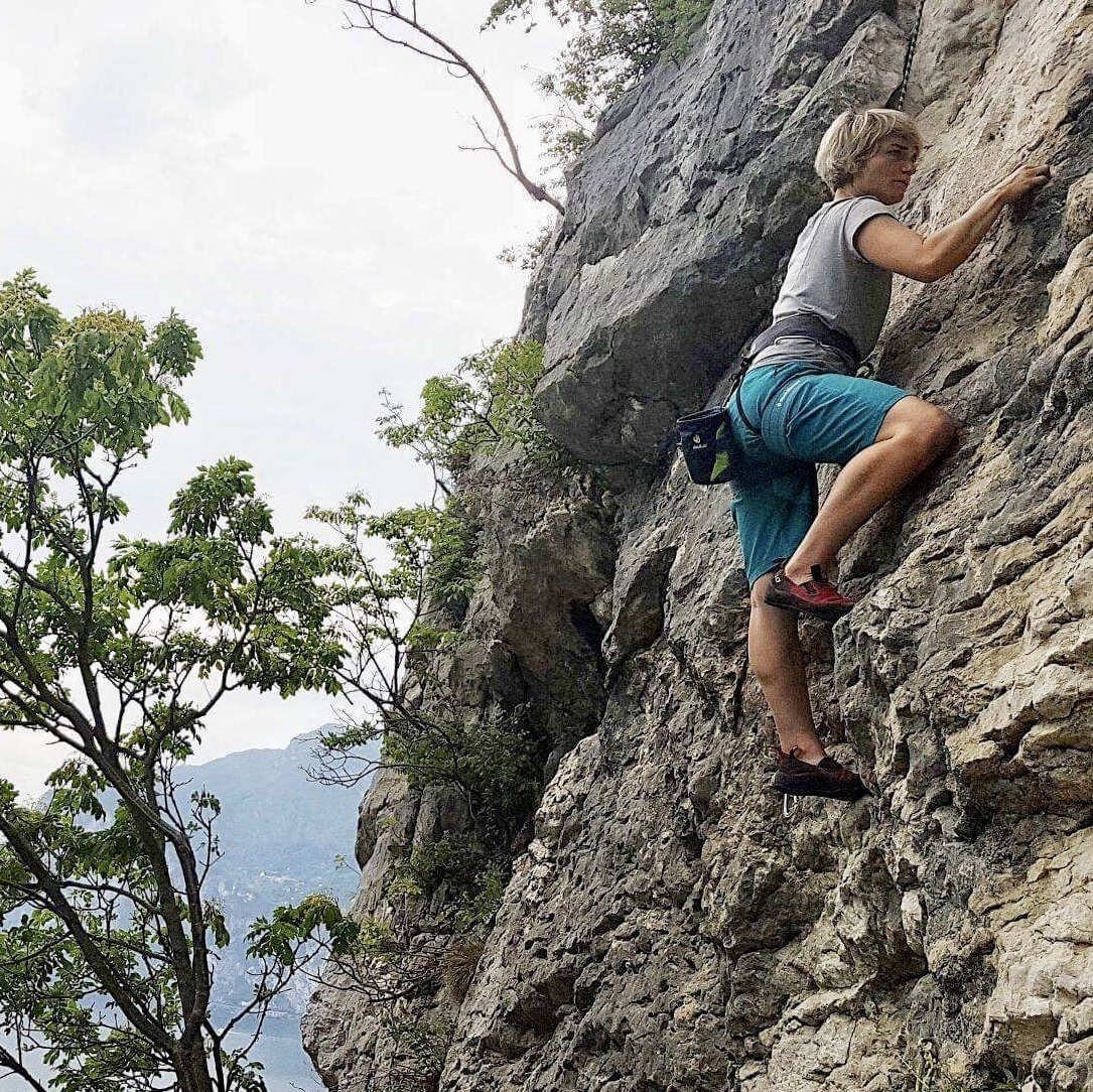 anna-weiss-Erste zarte Kletterversuche am Anfängerfelsen im Trentino